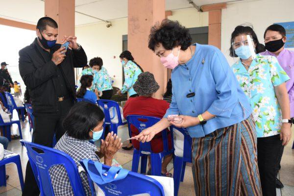สภาสตรีแห่งชาติฯ ร่วมกับ กรมการพัฒนาชุมชน มอบถุงยังชีพบรรเทาทุกข์ ให้ชุมชนบางชัน เขตคลองสามวา กรุงเทพมหานคร